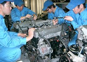 エンジンの分解・組立の訓練を実施している様子