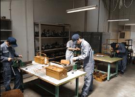 金のこを使用して金属の切断作業、ドリルを使用した穴あけ作業などの実習をしている様子