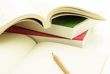 教科書と筆記用具の写真