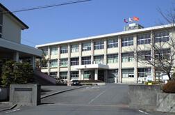 校門から校舎の写真