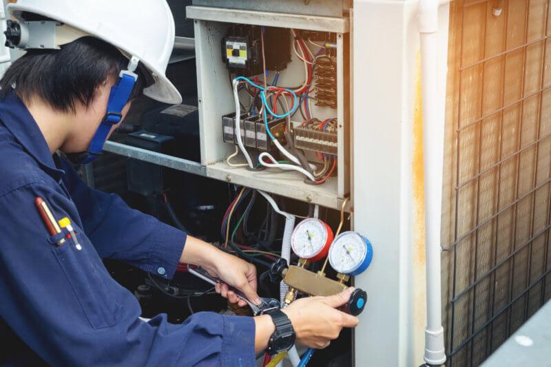 訓練生が設備システムを確認している写真